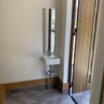 玄関横には帰ってすぐ手を洗えるミニ洗面台を設置!お出掛け前にチェックできる姿見もあります!