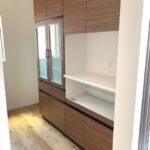 収納力のある家電ユニット付食器棚を設置!キッチンの色と同色で統一感があります♪