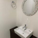 トイレの手洗いです!鏡がとても可愛いです♪