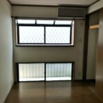 窓が沢山ある洋室です!